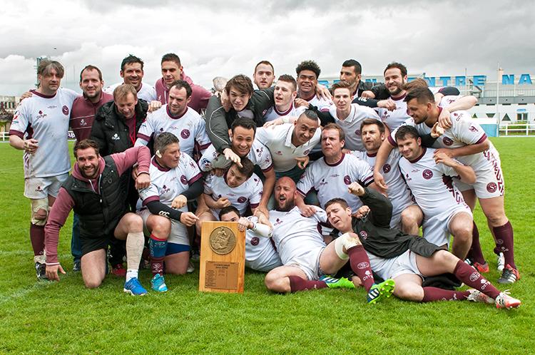 L'équipe du Servette Rugby Club dans son entier pose avec le bouclier de deuxième série du Comité du Lyonnais. © Oreste Di Cristino