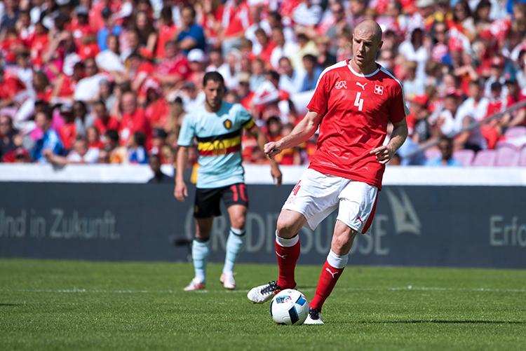 Philippe Senderos, défenseur central de la Suisse. Au second plan, le Belge Eden Hazard. © Oreste DI Cristino