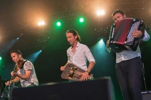 Anach Cuan avec Frédéric Favre à la vielle sur roue et David Clivaz à l'accordéon sur la scène du Dôme lors du 41e Paléo Festival Nyon. © Oreste Di Cristino