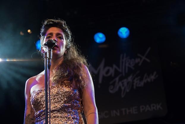 Lindçay, chanteuse, sur la scène du Parc Vernex. © Oreste Di Cristino