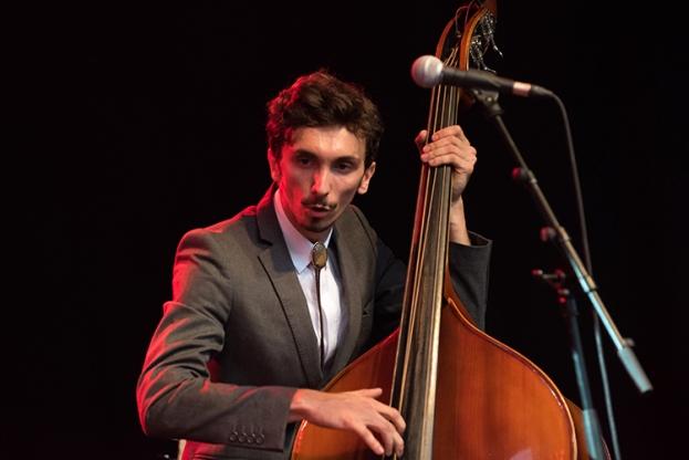 Pierre-Jean, bassiste et contrebassiste, sur la scène du Parc Vernex. © Oreste Di Cristino