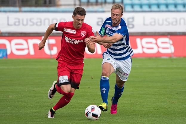 Nicolas Gétaz, latéral gauche du FC Lausanne-Sport, à droite, aux prises avec Christian Fassnacht. © Oreste Di Cristino
