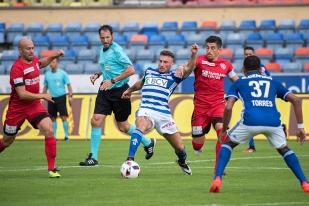 Francesco Margiotta (LS) aux prises avec Thomas Reinmann (à gauche) et Dennis Hediger du FC Thoune. © Oreste Di Cristino