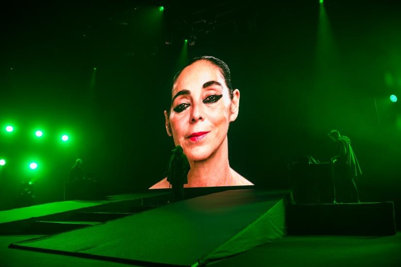 """Anohni au Montreux Jazz Festival interprétant """"4 Degrees"""" avec, en arrière-fond, l'artiste iranienne Shirin Neshat. © Lionel Flusin"""