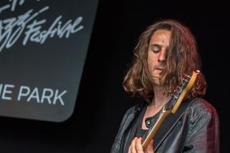 Max, bassiste de la Pat Burgener Band, sur la scène du Parc de Vernex à Montreux. © Oreste Di Cristino