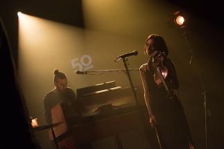 Eric Price, au synthétiseur, et Gilian Maguire, au violon sur la scène du Montreux Jazz Lab. © Oreste Di Cristino