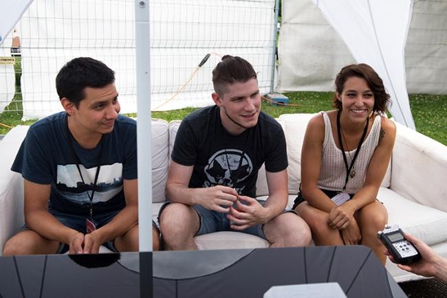 Fixit – de gauche à droite – Gabriel (batterie), Simon (chant et guitare) et Alexia (basse) en interview au port de Pully. © Oreste Di Cristino