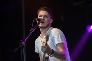 Simon, chanteur et guitariste du power trio Fixit, sur la scène des Estivales de Pully. © Oreste Di Cristino