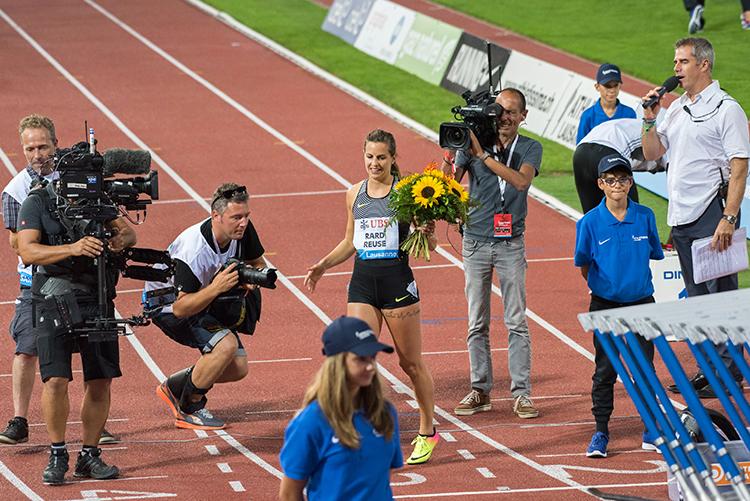 La Suissesse Clélia Rard-Reuse reçoit la distinction du public pour l'ensemble de sa carrière après sa dernière course sur la piste du stade de la Pontaise. © Oreste Di Cristino