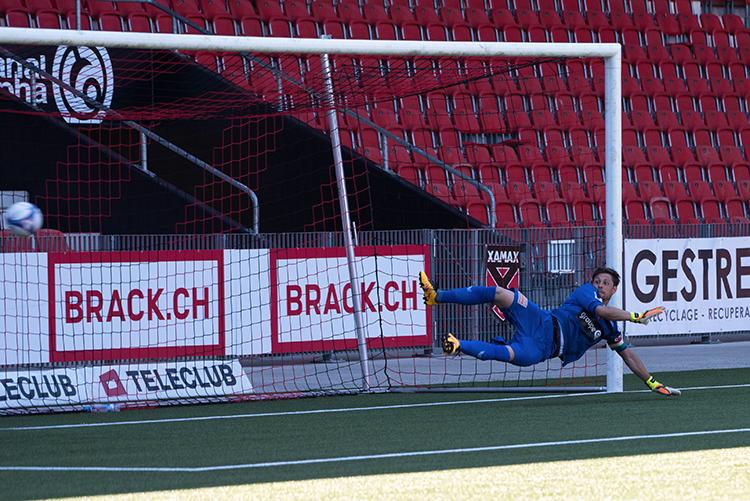 Le ballon d'un côté, Laurent Walthert de l'autre. Gjelbrim Taipi est parvenu à tromper le portier neuchâtelois mais il n'a pas cadré son tir. Le score restait figé à 2-1 en faveur du FC Wil avant la remontée des rouges et noirs. © Oreste Di Cristino