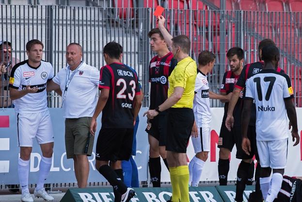 L'arbitre Alan Bieri sanctionne Jocelyn Roux d'un carton rouge suite à un contact avec Mickaël Facchinetti à la 83e minute. © Oreste Di Cristino