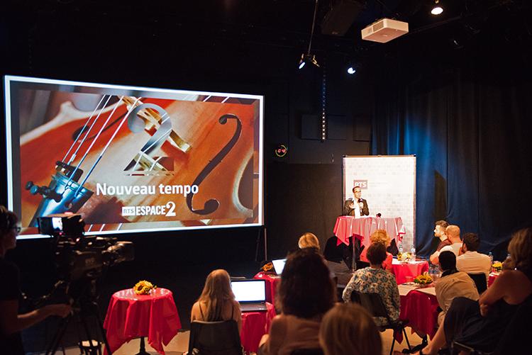 Alexandre Barrelet expose le « nouveau tempo » d'Espace 2 au studio 15 de la RTS à La Sallaz. © Oreste Di Cristino