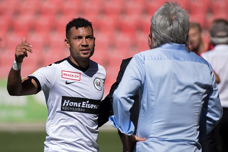 Johan Vonlanthen, insatisfait au sortir du terrain à la 69e minute. Le Suisse a été remplacé par Mattia Bottani. © Oreste Di Cristino