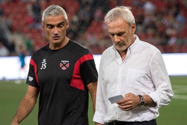 """Michel Decastel, accompagné par son assistant José Saiz, de retour des vestiaires après la pause. L'entraîneur de Xamax a opéré à un """"réajustement tactique"""" pour la seconde période. © Oreste Di Cristino"""
