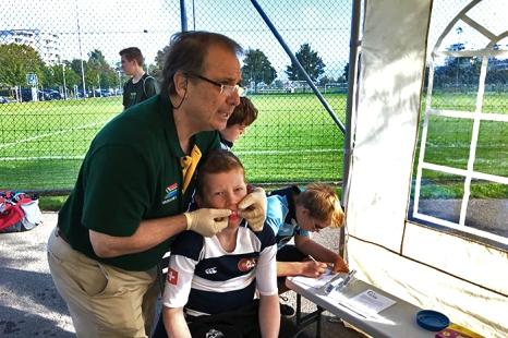 Le dentiste Alan Kruger, de dentist-zug.ch, prenant l'empreinte dentaire d'un jeune patient patient. Photo: mouthguard.ch