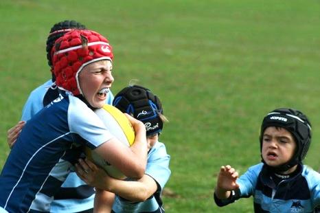 Des jeunes joueurs de rugby arborant le protège-dents Opro. Photo: mouthguard.ch