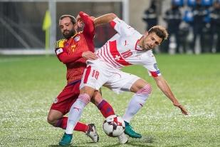 Admir Mehmedi au contraste avec Marc Pujol. Le combat des attaquants a primé la Suisse. Mais de peu. © Oreste Di Cristino