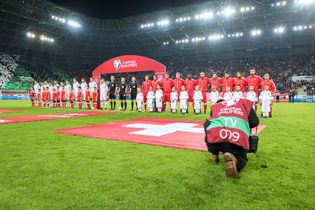 Les équipes durant les hymnes nationaux. Pour les deux formations, l'importance de la rencontre était de taille. La Suisse en est sortie victorieuse, validant ainsi un deuxième succès en autant de matches dans sa campagne de qualification pour le Mondial 2018 en Russie. La prochaine étape se déroulera à Andorre-La-Vieille lundi soir 10 octobre. © Oreste Di Cristino