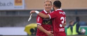 Reto Ziegler et Elsad Zverotic (FC Sion) exultent après le pénalty transformé à la 7e minute de jeu. © Oreste Di Cristino