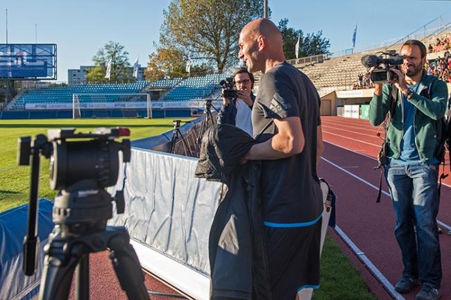 Zinédine Zidane entre sur le terrain du Stade de la Pontaise pour y entraîner les espoirs du football vaudois. © Oreste Di Cristino