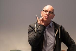 Jean-Marc Richard, producteur et animateur, annonce vouloir mettre des visages sur la précarité en Suisse. © Oreste Di Cristino