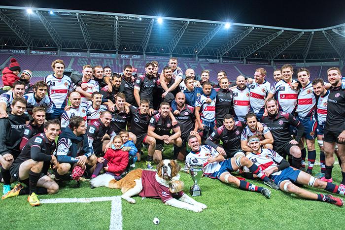Servettiens et Nyonnais, amicaux et loyaux, posent pour la photo collective en fin de rencontre au Stade de Genève. © Oreste Di Cristino