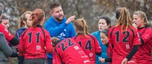 Matthieu Husson (au centre) donne ses directives au tournoi d'Yverdon-les-Bains le 26 novembre dernier. © Oreste Di Cristino