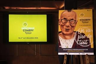 L'affiche sur fond jaune du Montreux Comedy Festival illustrant la figure du vénérable Dalaï-Lama. © Oreste Di Cristino
