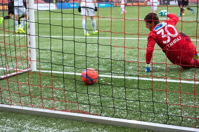 Mustafa Sejmenovic inscrit le premier but sur les développements d'un corner à la 4e minute. Le portier adverse Flamur Tahiraj, impuissant. ©Oreste Di Cristino / leMultimedia.info