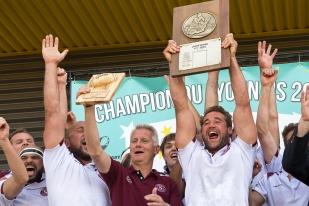 Marc Bouchet (au centre) et ses joueurs soulèvent leur deuxième bouclier de la journée à Givors. © Oreste Di Cristino / leMultimedia.info