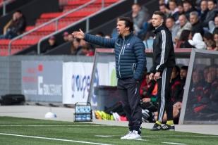 Giuseppe Scienza, entraîneur du FC Chiasso, a longtemps encouragé son équipe mais les Xamaxiens ont été trop forts. © Oreste Di Cristino / leMultimedia.info