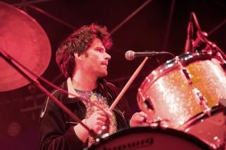 Nelson Schaer, batteur du groupe, s'est illustré dans un solo électrique et énergique à Crissier. © Oreste Di Cristino / leMultimedia.info