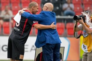 Kiliann Witschi salué par le président de Neuchâtel Xamax FCS, Christian Binggeli, avant le début de la rencontre face au FC Winterthur. © Yves Di Cristino / leMultimedia.info
