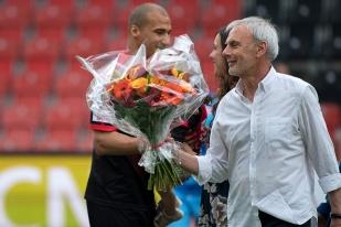 Des fleurs de remerciement pour Kiliann Witschi, de la part de son entraîneur Michel Decastel. © Yves Di Cristino / leMultimedia.info