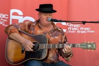 Assis, sa guitare sur les jambes, Mark Muleman Massey entonne les musiques de ses deux précédents albums. © Oreste Di Cristino / leMultimedia.info