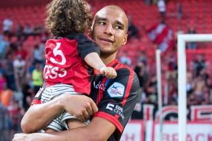 Kiliann Witschi quitte le Stade de la Maladière avec, dans ses bras, sa fille de deux ans, Tess. © Oreste Di Cristino / leMultimedia.info