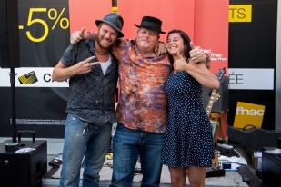 Artistes présents au huitième Blues Rules Crissier Festival, One Rusty Band n'Tap (avec Greg à gauche et Léa à droite) et Mark Muleman Massey se sont prêtés au jeu de la photo souvenir devant la Fnac à Lausanne. © Oreste Di Cristino / leMultimedia.info