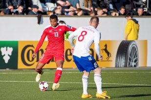 Akanji au contraste avec le jeune Klæmint Olsen Andrasson lors du match à Tórshavn. © Oreste Di Cristino / leMultimedia.info