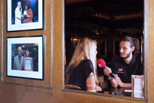 Claudia Regolatti Muller en interview au Funky Claude's Bar. © Oreste Di Cristino / leMultimedia.info