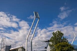 Les LED ne serviront qu'à moitié vendredi au Stade Tórsvøllur de Tórshavn qui s'annonce ensoleillé. © Oreste Di Cristino / leMultimedia.info