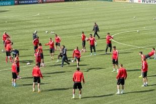 L'échauffement de l'Équipe de Suisse sur le terrain synthétique du stade Tórsvøllur de Tórshavn. © Oreste Di Cristino / leMultimedia.info