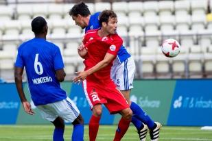 Robert Acquafresca (en rouge entre Elton Monteiro à gauche et Alain Rochat) a été titularisé avec le FC Sion pour son premier match depuis son frais paraphe avec le club sédunois. © Oreste Di Cristino / leMultimedia.info