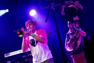 Anthony (trompette) et Floflo (soubassophone) sur la scène du Parc de Vernex dimanche soir. © Oreste Di Cristino / leMultimedia.info