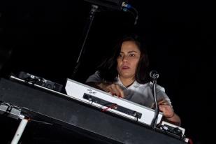 Laima Leyton Cavalera au mixing desk et aux bac vocals lors du set de Soulwax à l'Auditorium Stravinski. © Oreste Di Cristino / leMultimedia.info