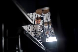 Blake Davies à la troisième batterie lors du set de Soulwax à l'Auditorium Stravinski. © Oreste Di Cristino / leMultimedia.info