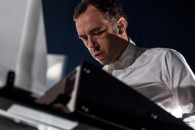 David Dewaele au mixing desk lors du set de Soulwax à l'Auditorium Stravinski. © Oreste Di Cristino / leMultimedia.info