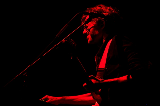 Laurent Brancowitz, guitare à la main, performe à l'Auditorium Stravinski, samedi 1er juillet 2017. © Oreste Di Cristino / leMultimedia.info