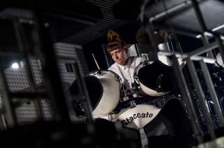 Victoria Smith à la seconde batterie lors du set de Soulwax à l'Auditorium Stravinski. © Oreste Di Cristino / leMultimedia.info
