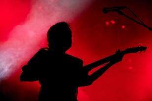 Christian Mazzalai, guitare à la main, performe à l'Auditorium Stravinski, samedi 1er juillet 2017. © Oreste Di Cristino / leMultimedia.info