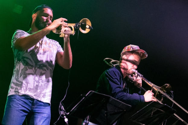 Les cuivres font partie intégrante du collectif Kumbia Boruka. Yacha Berdah à la trompette (à gauche) et Jean Crozat au trombone. © Oreste Di Cristino / leMultimedia.info